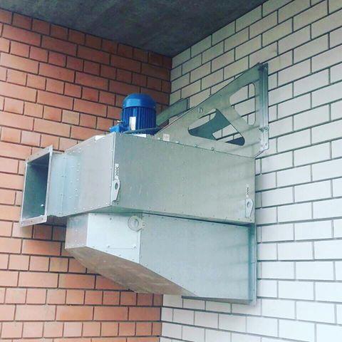 Пристенный вентилятор дымоудаления снаружи здания